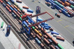Luftbild von der Bahnverladung auf einem der größten Containerbahnhöfe Europas am Burchardkai. Quelle: HHLA
